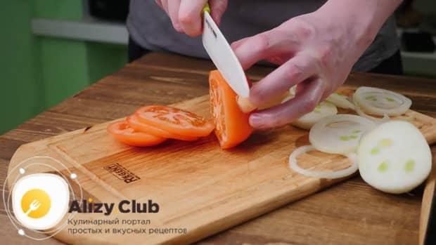 По рецепту для приготовления чисбургера в домашних условиях. нарежьте овощи