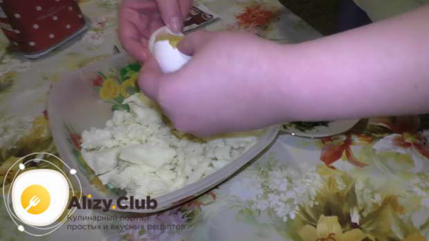 Вбить в картофельное тесто 1 яйцо
