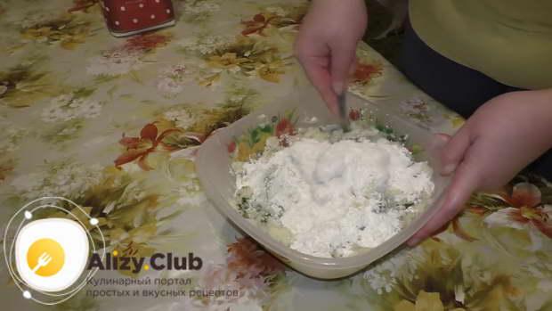 Добавить порциями 4-5 столовых ложек муки, постоянно перемешивая