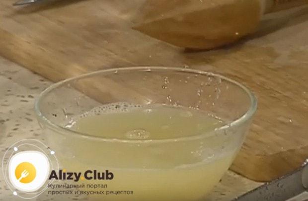 Выдавливаем с лимонов сок.