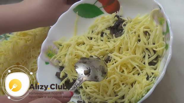 Разогреть в сковороде растительное масло и отправить в него грибы с луком