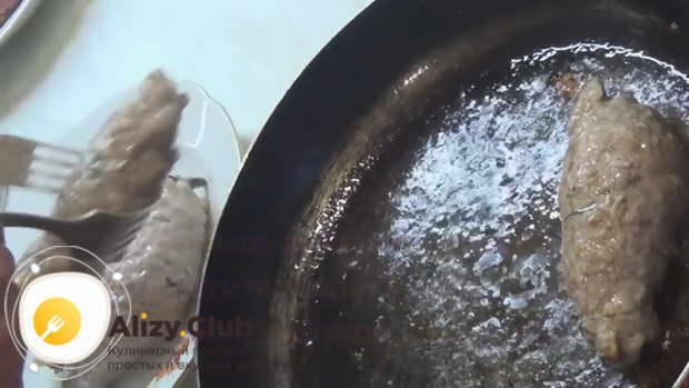 Отправить рулеты на сковороду с разогретым растительным маслом
