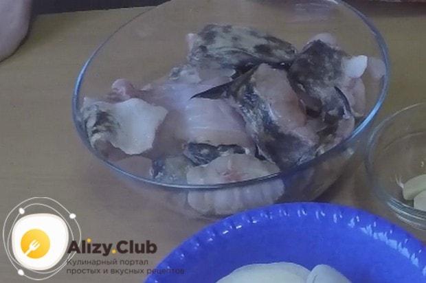 Чтобы приготовить налима в духовке по нашему рецепту с фото, разделываем рыбу на небольшие куски.