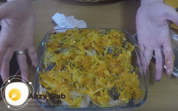 Покрываем рыбу оставшимися овощами и отправляем в духовку.