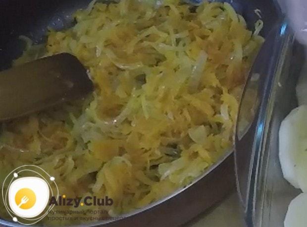Пассеруем лук с морковью на сковороду до мягкости.