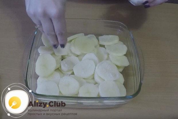 Выкладываем на дно формы слой картофеля, нарезанного кружочками.