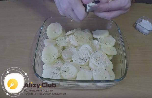 Перчим, солим картошку, мелко крошим на нее чеснок.