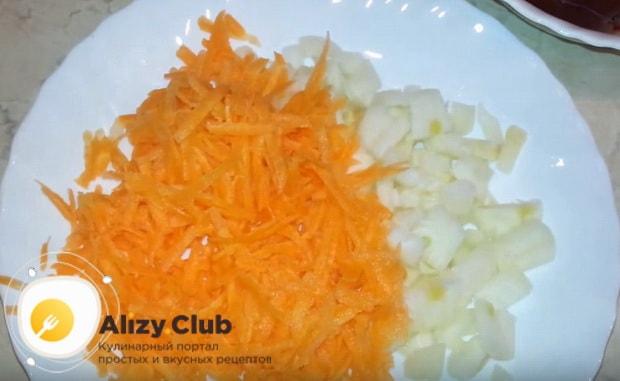чистим и натираем морковь на терке