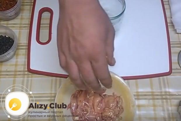 Саму печень приправляем перцем и растительным маслом.