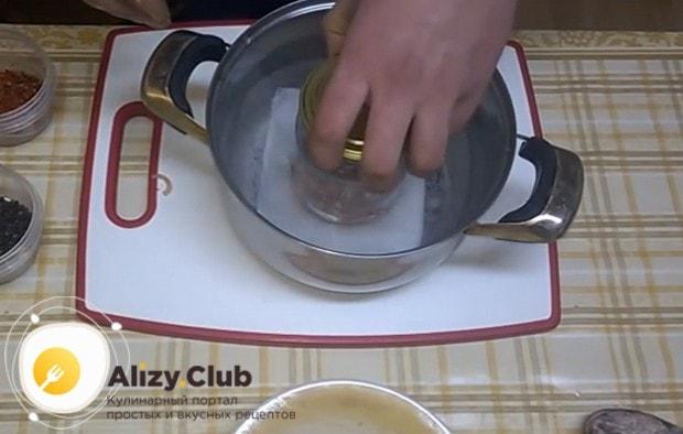 Ставим банку в кастрюлю, заполненную водой до уровня печени, и готовим.