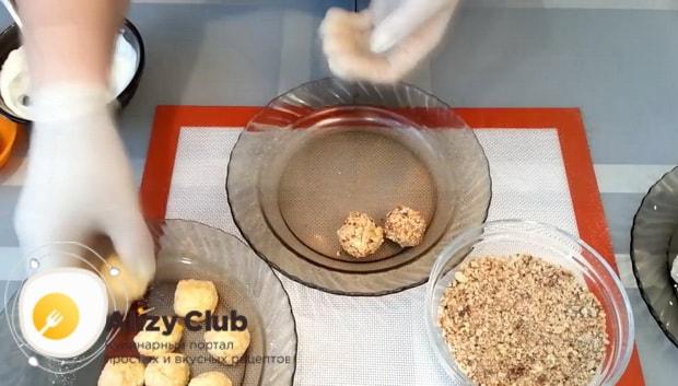 Перед тем как приготовить сырные шарики смешайте ингредиенты
