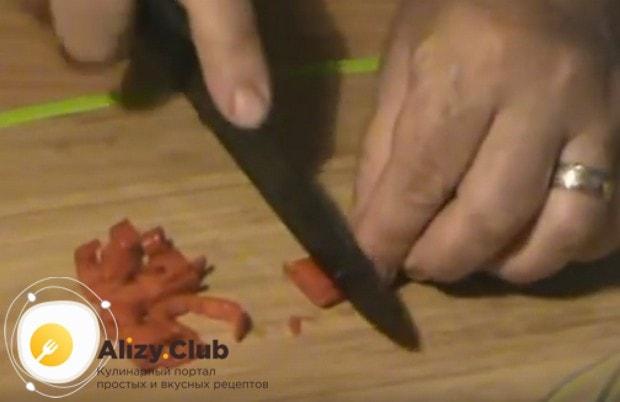 Приготовим маринад, для которого понадоибится нарезать острый перец.