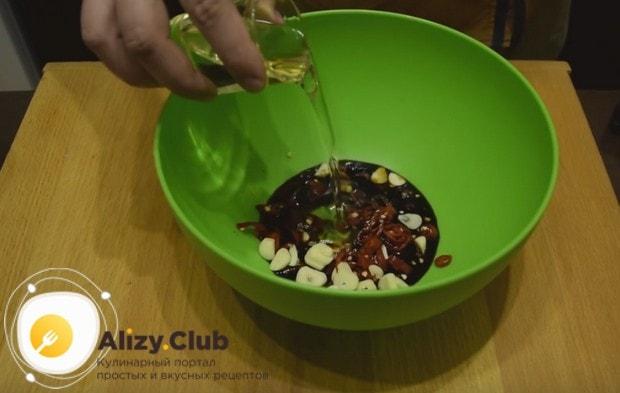 Нарезанный чеснок с перцем выкладываем в глубокую миску, добавляем к ним соевый соус и растительное масло.