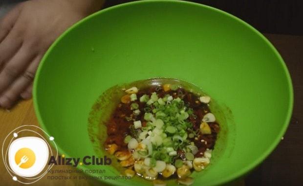 Добавляем в наш маринад также мелко нарезанный свежий зеленый лук.