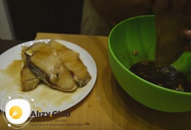 Обмакиваем стейки в маринаде и пока перекладываем их на отдельную тарелку.