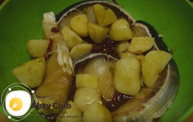 Приблизительно полтора часа будут мариноваться наши стейки с картошкой.