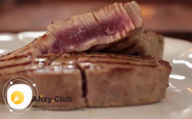 стейк из тунца на сковороде