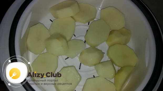 Мультиварку накройте решеткой для блюд на пару, выложите туда картошку и слегка посолите