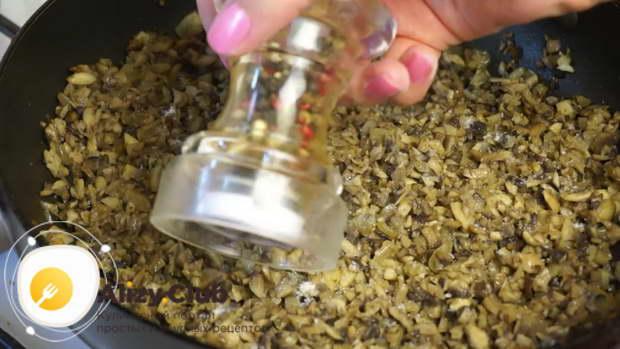 Добавить мелко порезанный чеснок