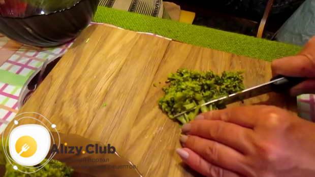 Рецепт сытного салата из брокколи с яйцом