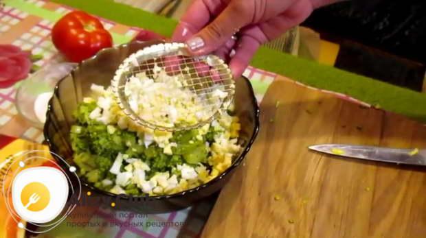 Три яйца отвариваем вкрутую 11-12 минут