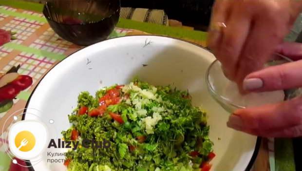Солим и перчим салат с брокколи по вкусу