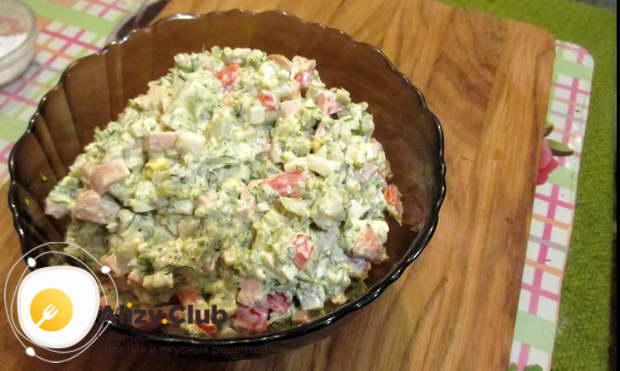 Перекладываем готовый салат с брокколи в тарелки