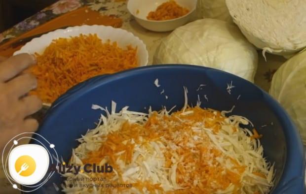 Перемешиваем капусту с морковью, добавляем соль.