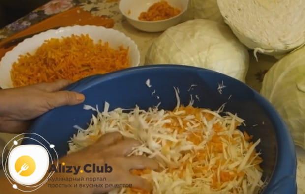 Разминаем капусту с морковью, чтобы овощи пустили сок.