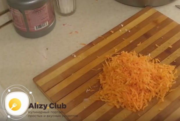 Перед тем, как засолить капусту в банке, надо также подготовить морковь, натерев ее на терке.