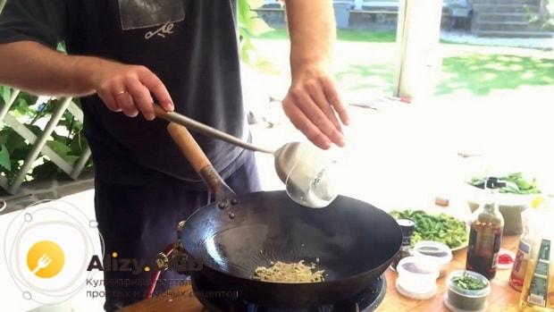 Перед тем как вкусно приготовить брокколи и стручковую фасоль разогрейте сковородку