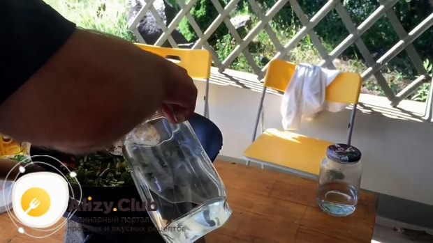 Перед тем как вкусно приготовить брокколи и стручковую фасоль добавьте воду