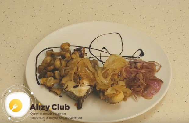 Подаем налима, выложив кусочек на тарелку и добавив к нему лук с грибами.