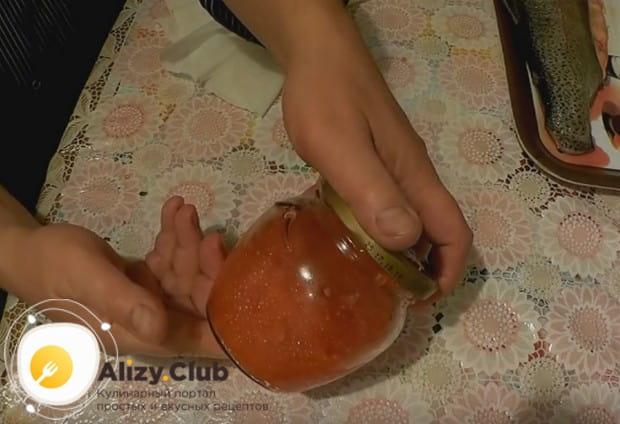 Затем помещаем икру в банку, добавляем немножко растительного масла и закрываем либо же сразу едим!