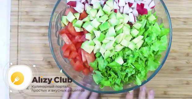 Добавляем в салат 200 г натурального йогурта