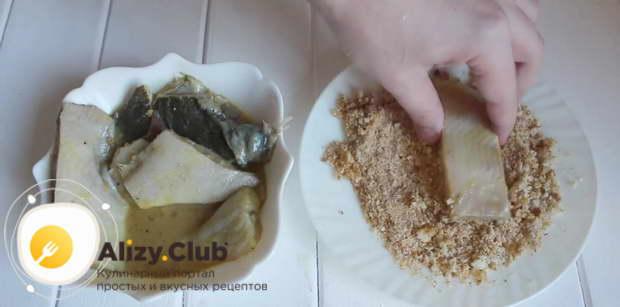 Посолить и поперчить рыбу по вкусу, хорошо обвалять в панировочных сухарях