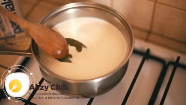 По рецепту для приготовления каннеллони, приготовьте соус