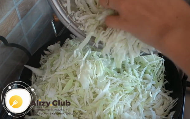 нашинкованную капусту добавляем на сковороду