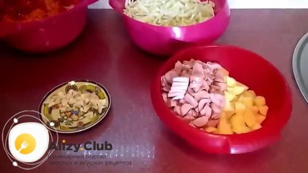Смотрите как готовить тушеную капуста с картошкой и сосисками