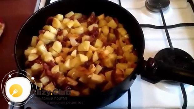 Для приготовления тушеной капуста с картошкой и сосисками, обжарьте картофель
