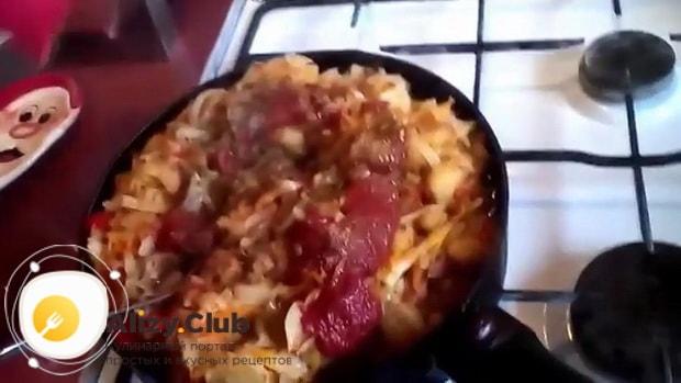Для приготовления тушеной капуста с картошкой и сосисками, добавьте томатную пасту