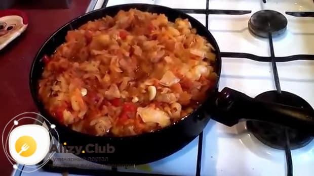 Для приготовления тушеной капуста с картошкой и сосисками, подготовьте ингредиенты