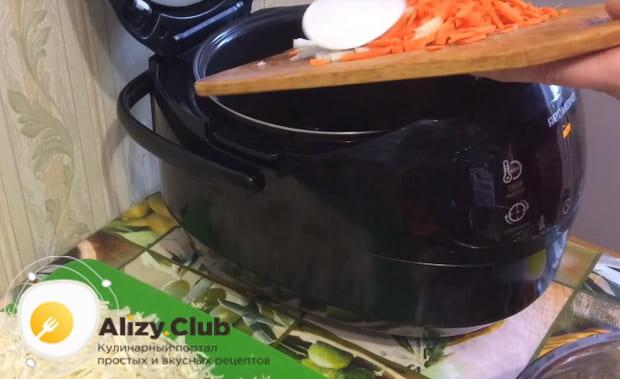 всыпаем лук и морковку в мультиварку