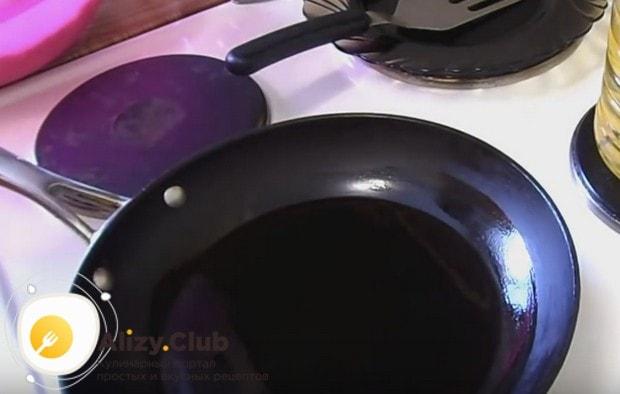 Хорошо разогреваем сковороду с растительным маслом.