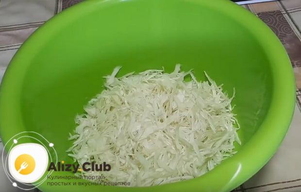 Выкладываем нашинкованную капусту в миску.