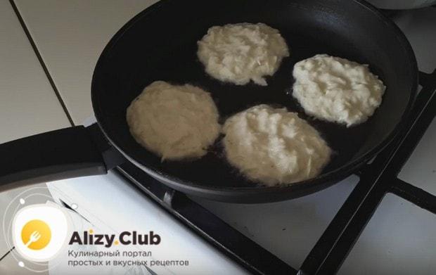 Выкладываем ложкой тесто, формируя круглые маленькие блинчики.