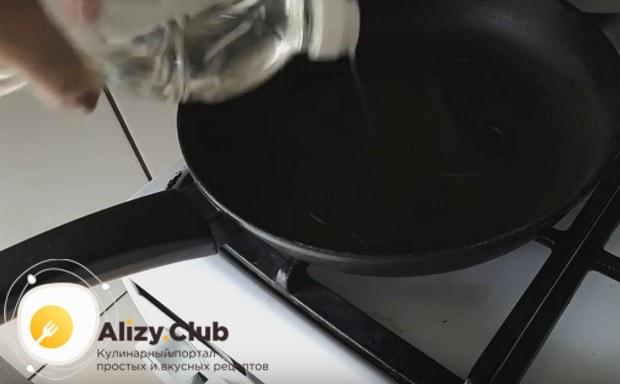 Ставим на огонь сковороду, наливаем растительное масло.