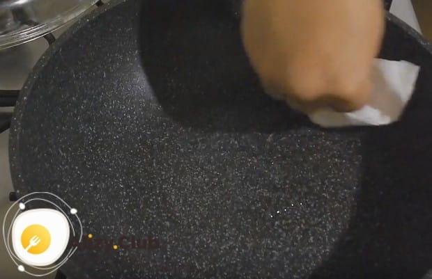 Сковороду разогреваем и смазываем минимальным количеством растительного масла.