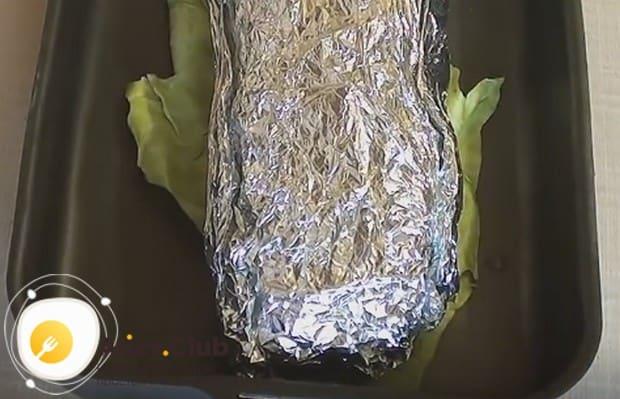 На листы капусты выкладываем мясо в фольге и отправляем в духовку.