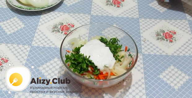 В заготовленные для начинки овощи положить половину сметаны